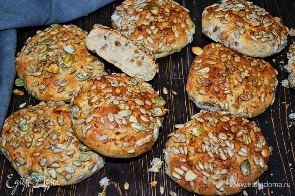 Такие булочки хороши для школьных перекусов или на завтрак. Можно их наполнить творожным сыром и копченым лососем или другой соленой рыбкой. Приятного аппетита.