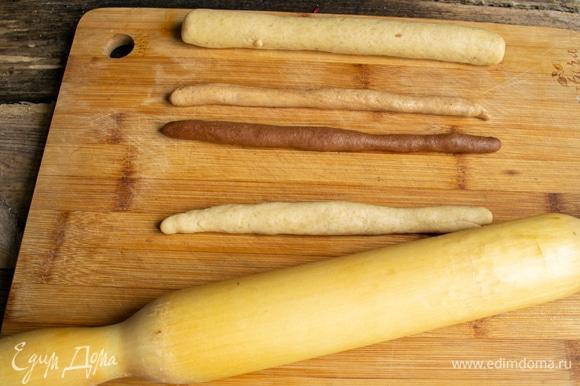 Каждый кусочек раскатываем колбаской.