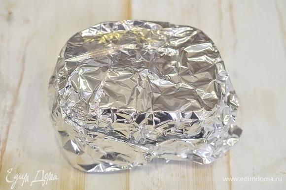 Накройте форму фольгой. Запекайте в разогретой до 180°C духовке 20–25 минут.