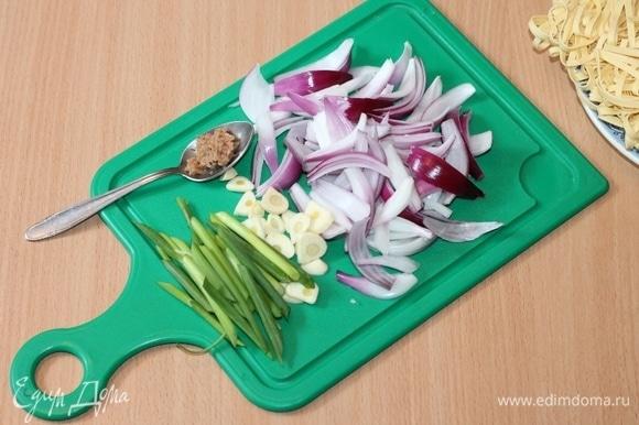 Красный лук нарежем полукольцами, чеснок — слайсами, имбирь натрем на крупной терке (1 ч. л.), а зеленый лук нарежем длинными трубочками. Разогреваем оливковое масло и обжариваем овощи.