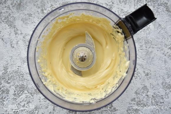 Мягкое сливочное масло взбить с майонезом ТМ «Московский Провансаль» до однородного состояния.