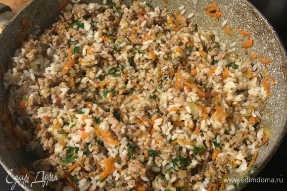 Смешать массу с рисом. Добавить зелень.