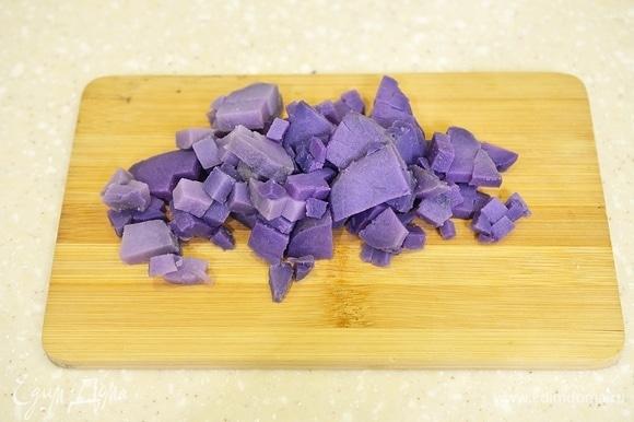 Картофель почистите и нарежьте помельче. Я использую сорт фиолетового картофеля — он очень эффектно смотрится в салатах.