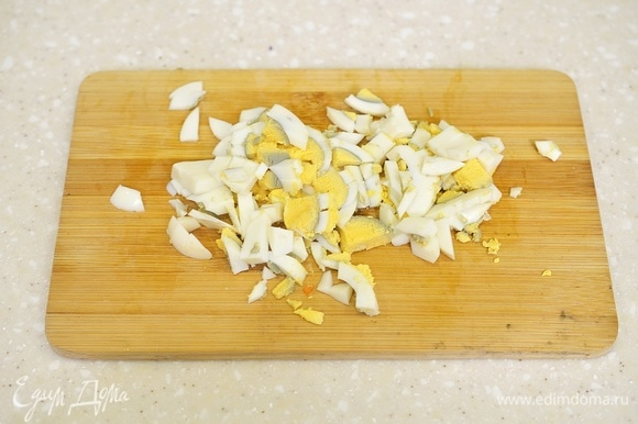 Яйца отварите вкрутую, почистите и мелко нарежьте.