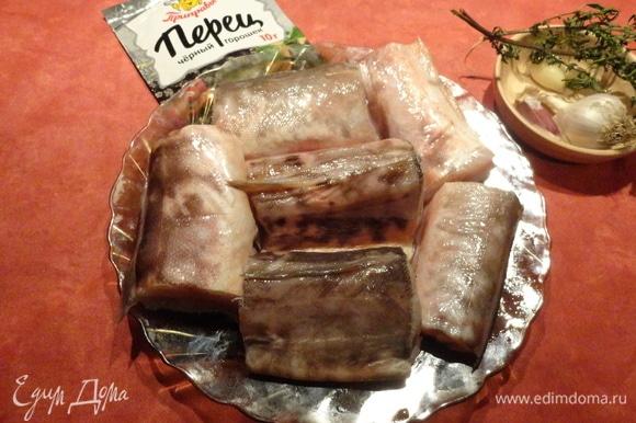 Рыбу нарежьте на крупные куски, натрите солью и свежемолотым перцем. Если не любите острое, то перец использовать необязательно.