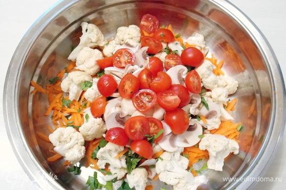 Черри разрежем пополам и добавим к овощам с грибами.