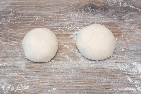 Вынимаем тесто и делим его на две равные части, скатываем их в шар.