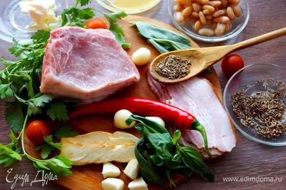 Готовим пряное масло. Растираем зиру и тимьян, нарезаем мелко чили без зерен, веточки розмарина, шалфей, петрушку. Смешиваем с маслом, оно должно стать зеленого оттенка.