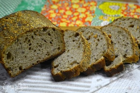 Готовый хлеб достаем из формы и ждем полного остывания. Если хлеб нарезать горячим, то срез получится смазанным и хлеб будет казаться не допеченным.