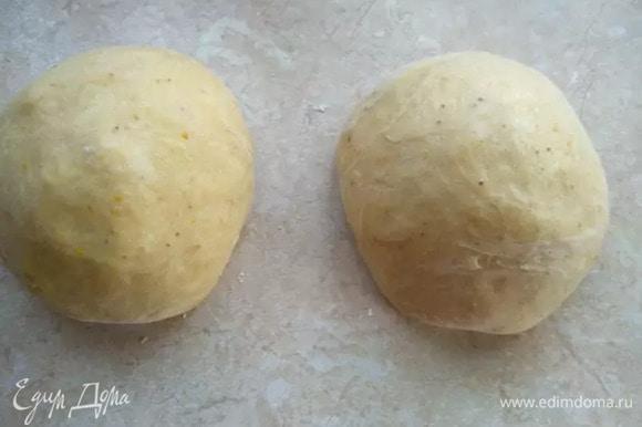 Когда тесто подошло, делим его на две одинаковые части, чтобы получилось два цурека.
