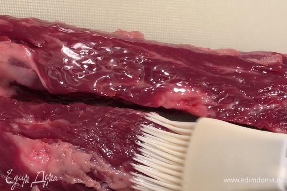 Стейки промокнуть бумажным полотенцем и с обеих сторон смазать оливковым маслом! Не солить и не перчить!