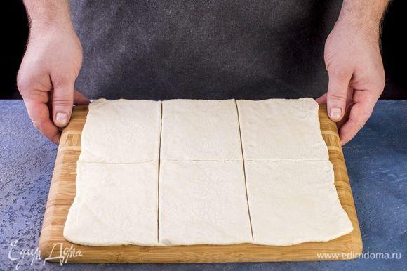 Разрежьте тесто на шесть одинаковых квадратиков.