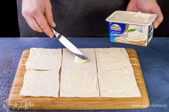 Каждый квадратик смажьте плавленым сыром Hochland «Сливочный».