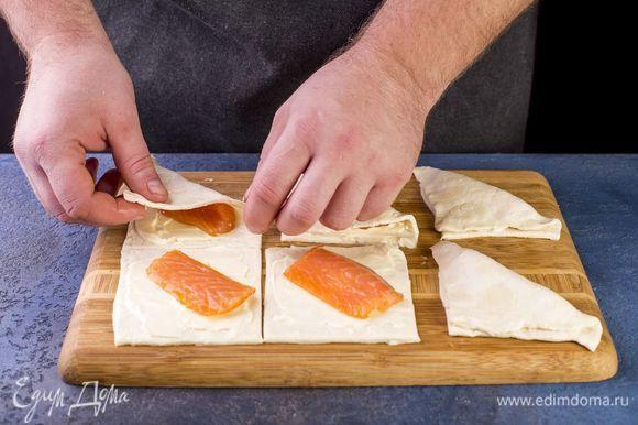 Сложите тесто в аккуратные треугольники.