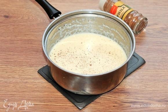 Добавить к каше сладкое молоко и щепотку корицы. Подержать на медленном огне минуты 3, помешивая до небольшого загустения.