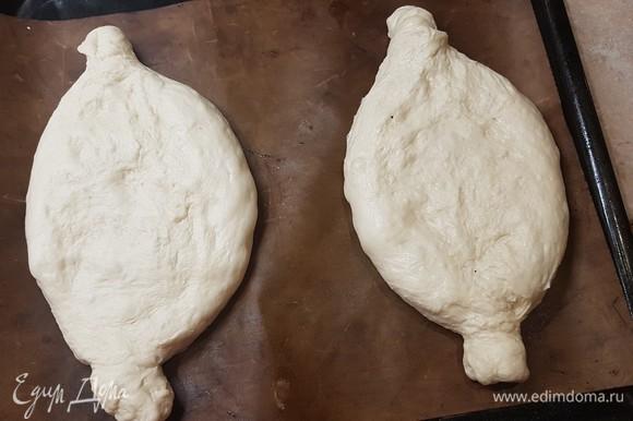 Духовку разогреть до 240°C. Тесто разделить на две части и сформировать продолговатые лодочки. По форме очень похоже на хачапури. Дать подойти 10. минут.