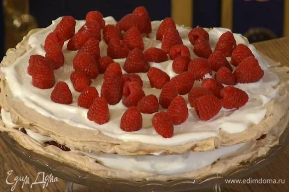 Одну меренгу уложить на подставку для торта, смазать малиновым джемом и половиной взбитых сливок, сверху разложить половину свежей малины, затем накрыть все второй меренгой, смазать оставшимися сливками, украсить оставшейся малиной и измельченными орехами.