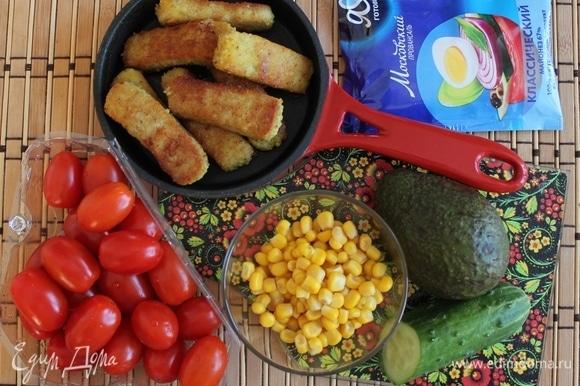 Подготовьте ингредиенты по списку к рецепту, количество указано на одну порцию, но может варьироваться. Наггетсы куриные нужны уже готовые (покупные или самодельные).