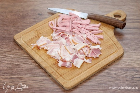 Полоски бекона нарезать небольшими кусочками. От себя, я добавила немного вареной колбасы (50 г).