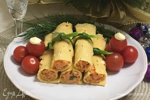 Выкладываем на красивое блюдо и украшаем. Сытно, вкусно и красиво. Наша закуска готова