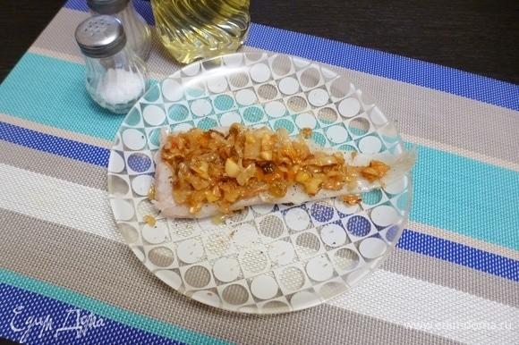 Положить на филе начинку из квашеной капусты.