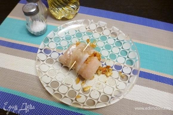 Свернуть филе рулетом и скрепить край зубочисткой. Разогреть духовку до 180°C. Поставить рулеты в духовку и запекать 15–20 минут.