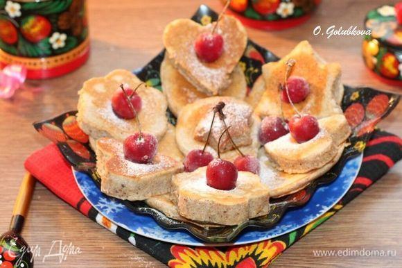 Приготовленные оладьи смазываем растопленным сливочным маслом и подаем с медом и сметаной. Приятного аппетита! P.S. Я готовила 1/2 часть от рецепта.