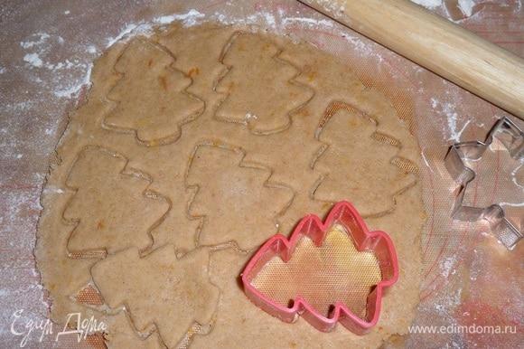 Формочками вырезаем печенье.