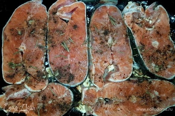 В форму для запекания выложить кусочки сливочного масла. Стейки с обеих сторон сбрызнуть лимонным соком, посолить, поперчить, посыпать розмарином. Форму с рыбой поставить в разогретую до 220°C духовку на 20 минут.