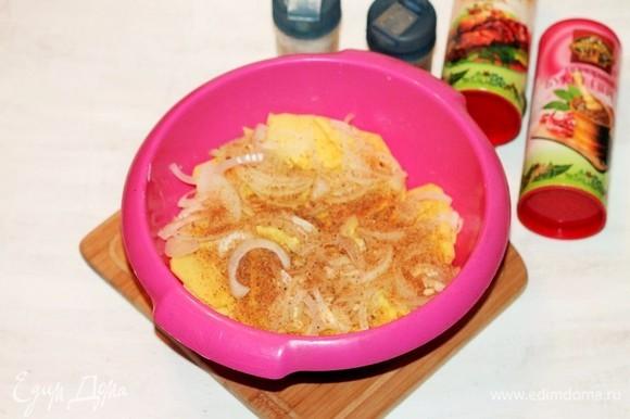 Отправляем лук с чесноком в миску к картофелю. Добавляем пряную смесь для картофеля, соль и перемешиваем.