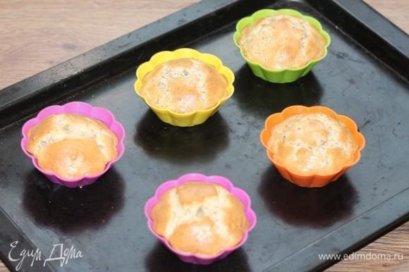 Отправляем формочки с тестом в духовку, разогретую до температуры 200 С. Выпекаем до румяной корочки, минут 10–15. За 2 минуты до готовности, посыпаем сахарным песком (по маленькой щепотке), чтобы омлет покрылся глазурью.