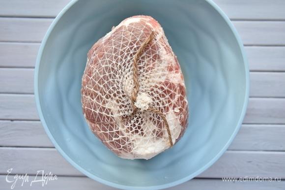 После того как мясо полностью промаринуется, уложить его в сетку для придания куску формы. Для этого можно использовать трубчатый бинт, купленный в аптеке. Закрепить сетку с обеих концов.