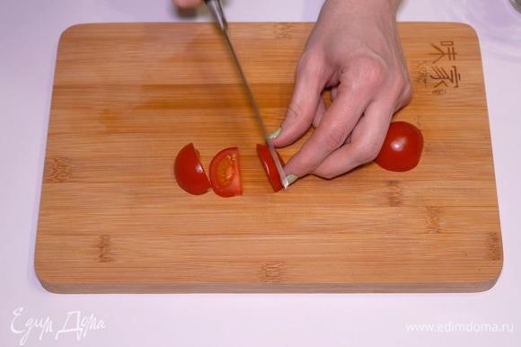 Помидорки черри нужно нарезать тоненькими дольками с помощью острого ножа.