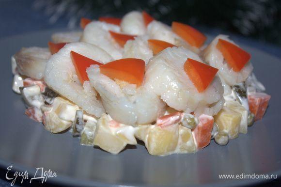 Овощной гарнир выложим на блюдо (или на порционные тарелки). Рулетики выложим на гарнир. Оформим сладким перцем.