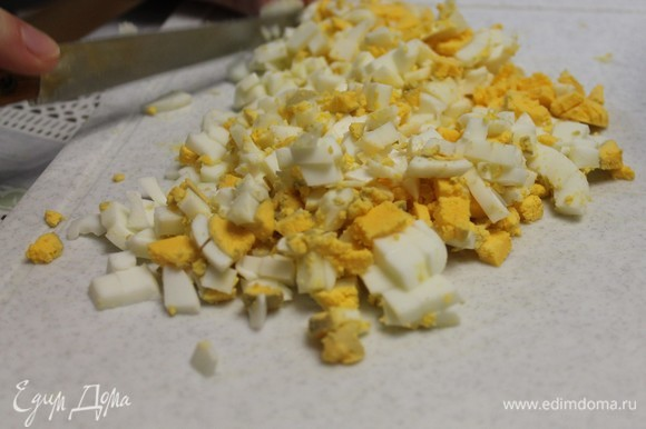 Яйца куриные отвариваем и два яйца нарезаем кубиком.