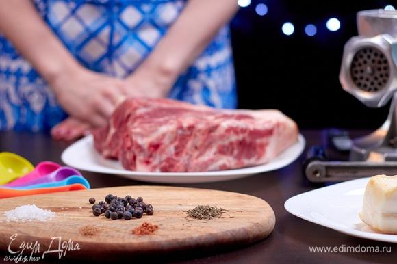 Как все крестьянские блюда, котекино готовится из самых простых продуктов. Я взяла свиную шею на кости — кусок весом примерно 1,5 кг. Обязательно он должен быть со шкуркой.