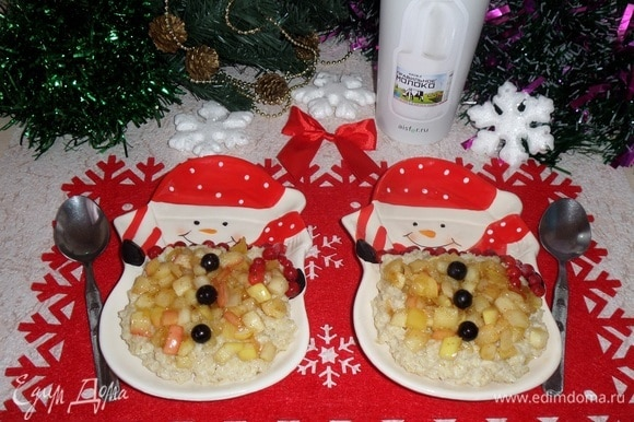 Выкладываем молочную кашу в тарелки. Поверх каши выкладываем карамелизированные яблоки. Украшаем ягодами.