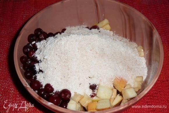 В чашку к яблокам и клюкве добавляем крахмально-сахарную пряную смесь. Хорошо перемешиваем.