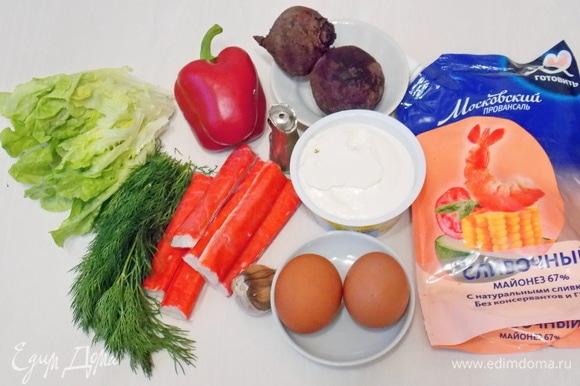 Подготовим все необходимые ингредиенты для приготовления салата. Яйца сварим, палочки разморозим, перец и зелень вымоем и обсушим.