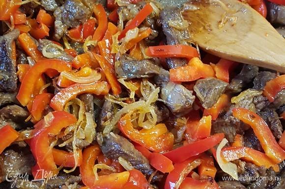 К готовому мясу добавить овощи и все вместе прогреть минут пять.