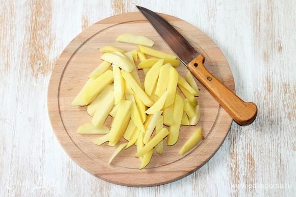 Приготовим картофель. Чистим и нарезаем картофель соломкой.