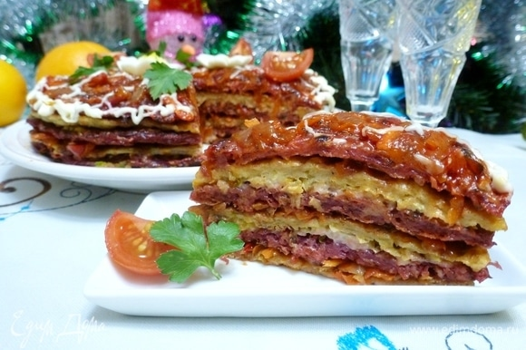 Украсить овощной торт майонезной сеточкой, зеленью, ромашками из вареного яйца. Или как нравится. Дать закусочному торту пропитаться всеми ароматами несколько часов. Приятного аппетита!
