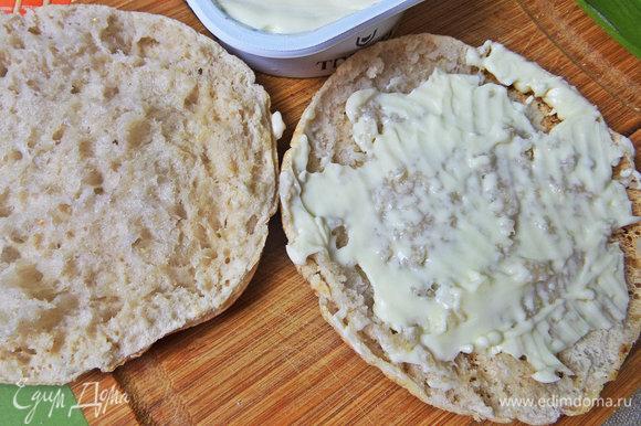 Промазать нижнюю часть плавленым сыром.