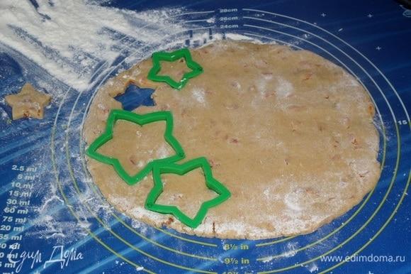 По прошествии отведенного времени тесто вынимаем из морозильной камеры. На рабочей поверхности раскатываем тесто в пласт толщиной 0,5 см. Формой «звезды» вырезаем печенье.