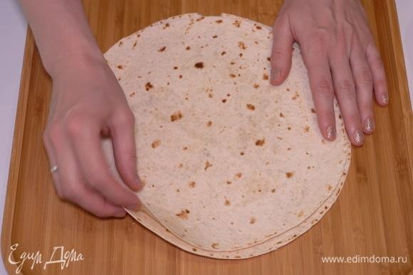 Лаваш, который мы обычно используем для этой пиццы, двойной, я еще называю его «с секретом», поэтому разрезаю его пополам.