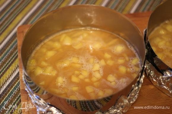 В сотейнике прогреваем яблочный сок с кусочком имбиря, накрываем крышкой и даем настояться 10 минут. После процеживаем через сито. Снова ставим сок на плиту, доводим до кипения. Постоянно помешивая сок, всыпаем пектин, заранее смешанный с сахаром. Проварить сок с пектином около минуты. Немного остудить сок и ввести набухший желатин и мелко нарезанное яблоко. Залить компоте в два кольца. Ставим в морозилку для полного застывания.