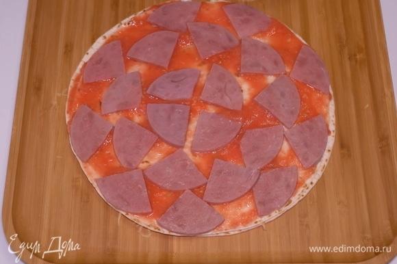 Выкладываю сюда очень вкусную говяжью колбаску. Можете использовать ветчину или салями по вкусу.