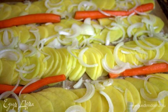 Сверху насыпать луковые полукольца. Мы еще запекали тонкую морковь. Можно ее отварить до полуготовности.