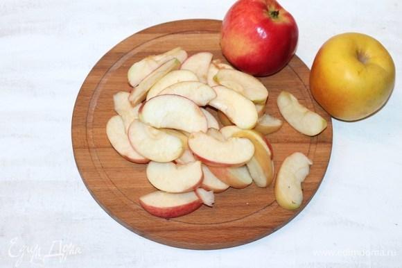Подготовим яблоки. Яблоки очистить от кожицы (по желанию) и сердцевины, нарезать тонкими ломтиками.