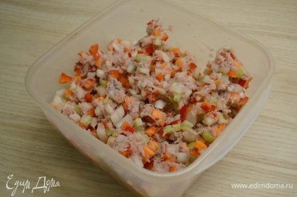 Филе индейки прокрутить в фарш либо мелко нарубить. Лук, перец, морковь и сельдерей нарезать мелким кубиком. К мясу добавить овощи и специи. Перемешать.